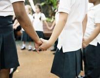 Étudiants de jardin d'enfants se tenant tenants des mains Photo libre de droits