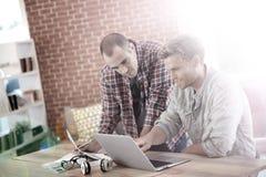 Étudiants de jeunes hommes travaillant sur un projet Photographie stock libre de droits