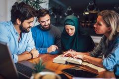 Étudiants de l'étude ethnique diverse à la maison Étude et préparation à l'examen d'université images stock