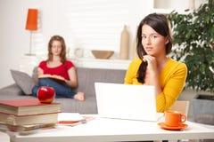 Étudiants de l'adolescence apprenant à la maison Images libres de droits