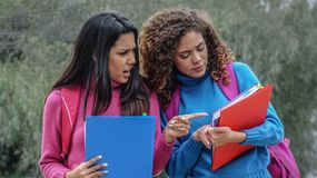Étudiants de l'adolescence féminins hispaniques pendant l'hiver et l'effort images libres de droits