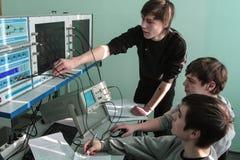 Étudiants de l'université électrotechnique dans la classe dans le laboratoire photos stock