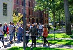 Étudiants de l'Université d'Harvard prestigieuse, mA, marche vue entre les conférences image stock