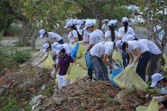 Étudiants de l'université de Nha Trang nettoyant la plage Photos libres de droits