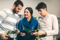 Étudiants de la robotique préparant le robot pour examiner dans l'atelier photo stock