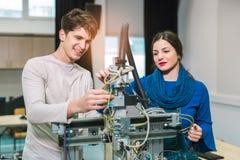 Étudiants de la robotique préparant le robot pour examiner dans le worksh photographie stock