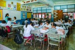 Étudiants de lundi avec les robes traditionnelles étudiant dans la salle de classe Photo libre de droits