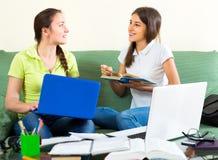 Étudiants de lycée étudiant à la maison Photos stock