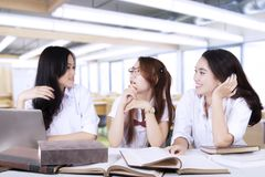 Étudiants de lycée assez parlant dans la classe Images libres de droits