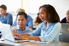 Étudiants de lycée avec des ordinateurs portables d'In Class Using de professeur Photographie stock
