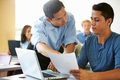 Étudiants de lycée avec des ordinateurs portables d'In Class Using de professeur Image libre de droits