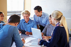 Étudiants de lycée avec des ordinateurs portables d'In Class Using de professeur Photos stock