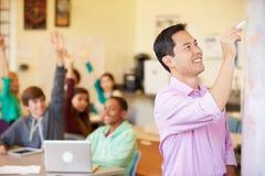 Étudiants de lycée avec des ordinateurs portables d'In Class Using de professeur Photo libre de droits