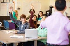 Étudiants de lycée avec des ordinateurs portables d'In Class Using de professeur Images stock