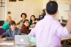 Étudiants de lycée avec des ordinateurs portables d'In Class Using de professeur Images libres de droits