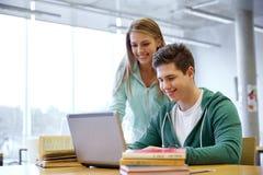 Étudiants de lycée avec l'ordinateur portable dans la salle de classe Photos libres de droits