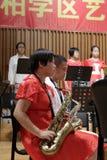 Étudiants de lycée dans le troisième saxophone de jeu de catégorie Photos stock
