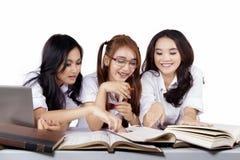 Étudiants de lycée faisant des devoirs Photos libres de droits