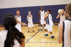 Étudiants de lycée jouant la boule de Dodge dans le gymnase photographie stock