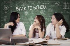 Étudiants de lycée parlant dans la classe Photographie stock