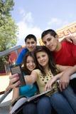 Étudiants de lycée prenant l'autoportrait Photo libre de droits