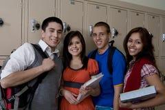 Étudiants de lycée se tenant près des casiers d'école Photo libre de droits