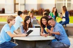 Étudiants de lycée traînant sur le campus Photographie stock