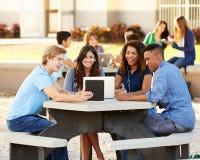 Étudiants de lycée traînant sur le campus Images libres de droits