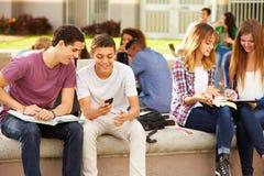 Étudiants de lycée traînant sur le campus Photos stock