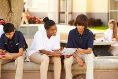 Étudiants de lycée traînant sur le campus d'école Image stock