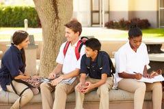 Étudiants de lycée traînant sur le campus d'école Photographie stock