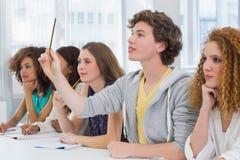 Étudiants de mode étant attentifs dans la classe Photos stock