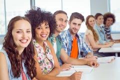 Étudiants de mode prenant des notes dans la classe Photos libres de droits