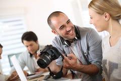 Étudiants de photographie travaillant ensemble dans la classe Images stock