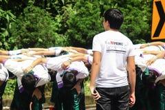 Étudiants de première année faisant bon accueil à la cérémonie de l'université de Chiang Mai, Thaïlande Photo libre de droits