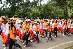 Étudiants de première année faisant bon accueil à la cérémonie de l'université de Chiang Mai, Thaïlande Photo stock