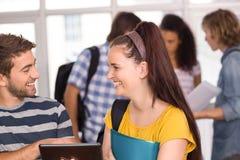 Étudiants de sourire à l'aide du comprimé numérique Image stock