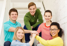 Étudiants de sourire avec des mains sur l'un l'autre Images libres de droits