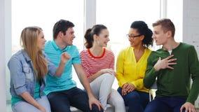Étudiants de sourire avec des mains sur l'un l'autre banque de vidéos