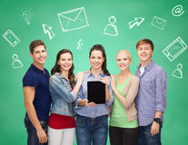 Étudiants de sourire avec des PCs et des smartphones de comprimé Images stock