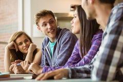 Étudiants de sourire d'amis parlant ensemble Photographie stock libre de droits