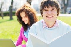 Étudiants de sourire dehors Photos libres de droits