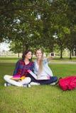 Étudiants de sourire prenant un selfie extérieur Photo stock