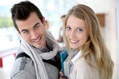 Étudiants de sourire se tenant dans le couloir Photo libre de droits