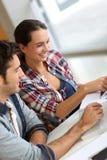 Étudiants des jeunes travaillant ensemble Photo libre de droits