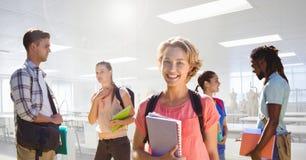 Étudiants devant le fond de salle de classe Photographie stock libre de droits