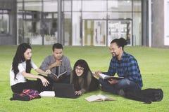 Étudiants discutant à la cour d'école Photo libre de droits