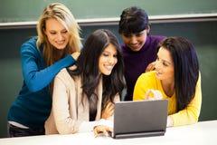 Étudiants discutant le projet Photo libre de droits