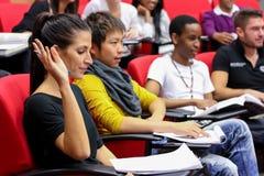 Étudiants divers dans la pièce de conférence de campus d'université photos libres de droits