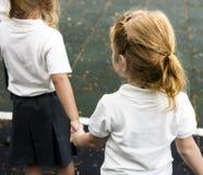Étudiants divers de jardin d'enfants se tenant tenants des mains ensemble Photo stock